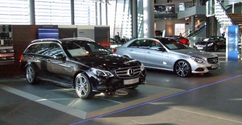 Novinca v MB centru v okviru muzeja Mercedes-Benz v Stuttgartu marca letos