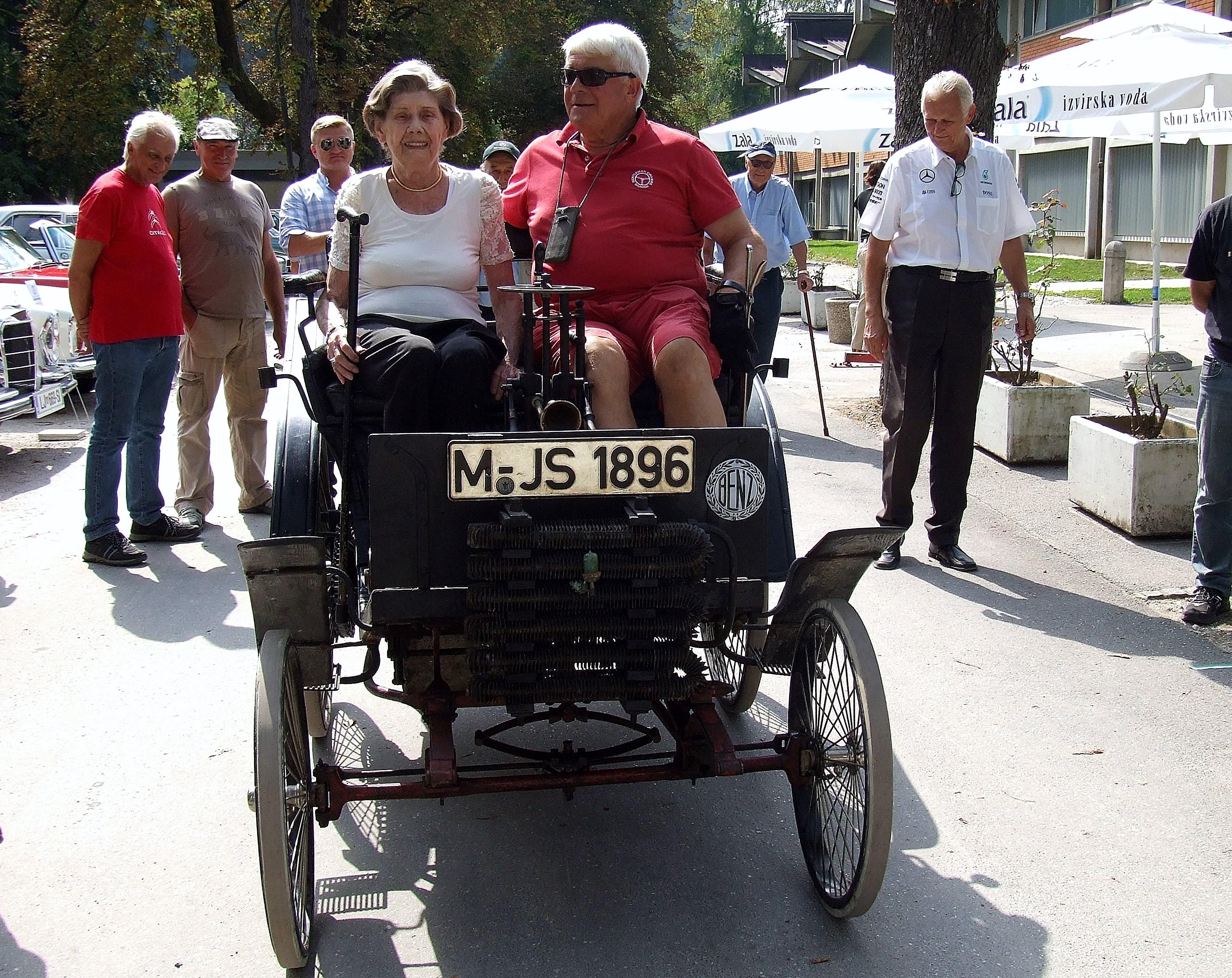 Codellijeva vnukinja je uživala v vožnji z Benzom Velo