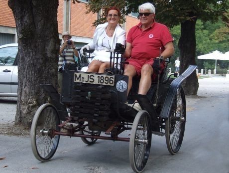 Tajnica MBKS, gospa Tatjana Voj, je okusila c ar vožnje z več kot 100 let starim Benzom